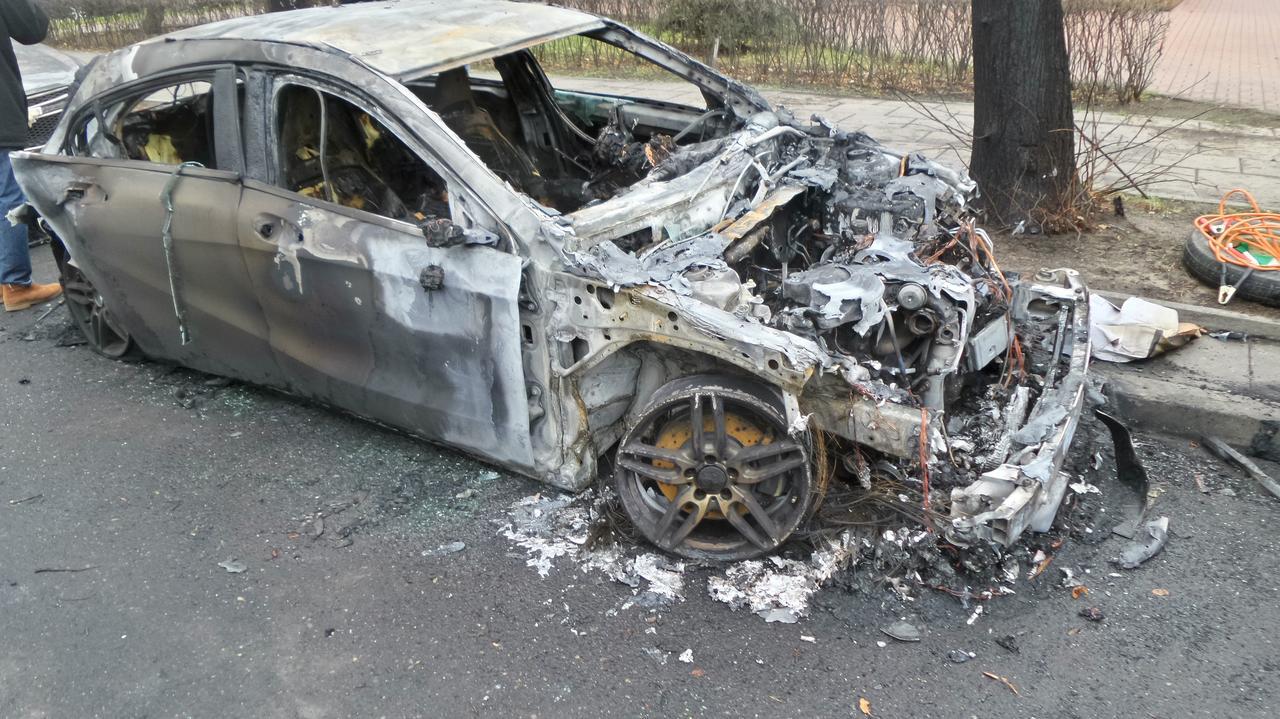Jedno auto spłonęło doszczętnie, dwa inne nadpalone