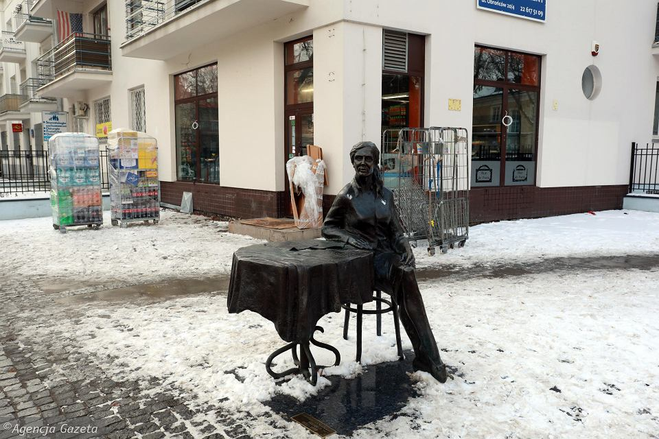Agnieszka Osiecka na tle wielkiego neonu z logo sklepu. Będzie bojkot?