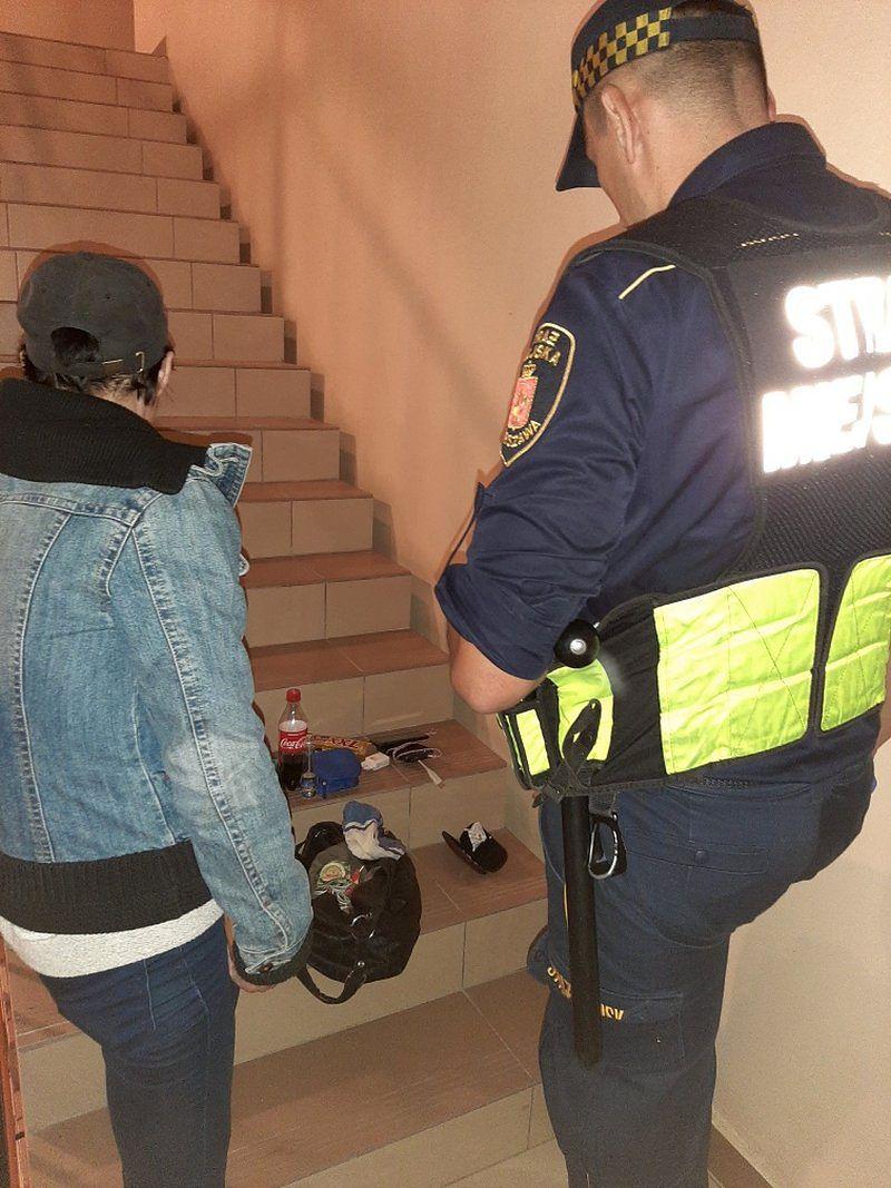Warszawa. Narkotyki na klatce schodowej