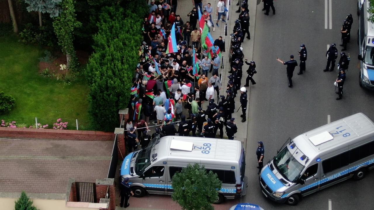 Przepychanki przed ambasadą. Protestują Azerowie i Ormianie, interweniuje policja