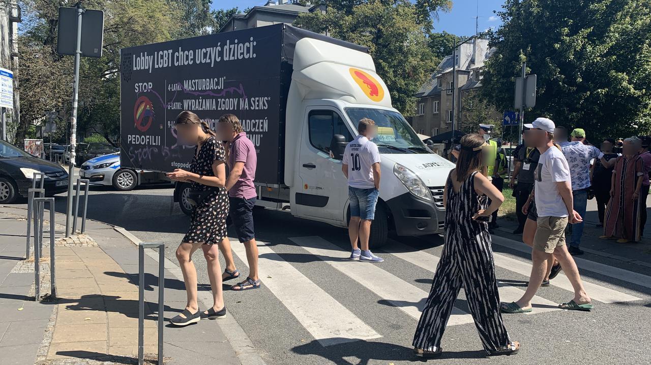 Piesi zablokowali ulicę i pomalowali furgonetkę z hasłami anty-LGBT