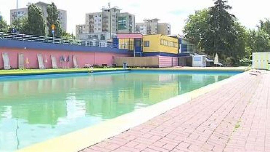 Niepewna przyszłość basenów przy Wale Miedzeszyńskim. Są w coraz gorszym stanie