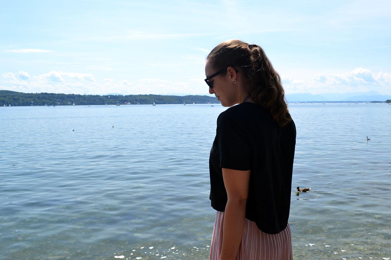 Outfit: Rose Plissé Skirt & Bow Slippers // Lake Starnberg