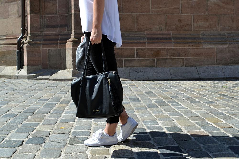 Outfit: Black Jeans & White Plissé Blouse | Nuremberg - Plisseblouse 2