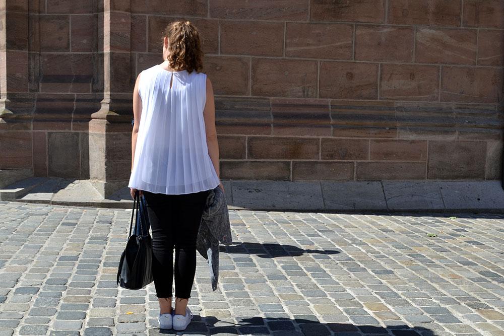 Outfit: Black Jeans & White Plissé Blouse | Nuremberg - Plisseblouse 8