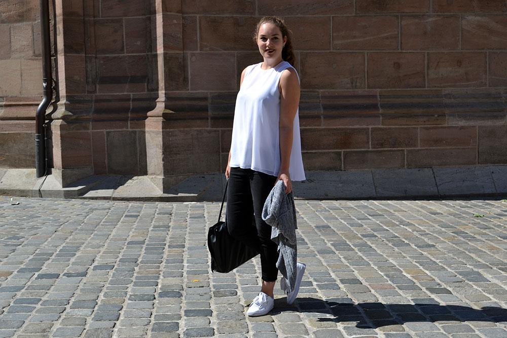 Outfit: Black Jeans & White Plissé Blouse | Nuremberg