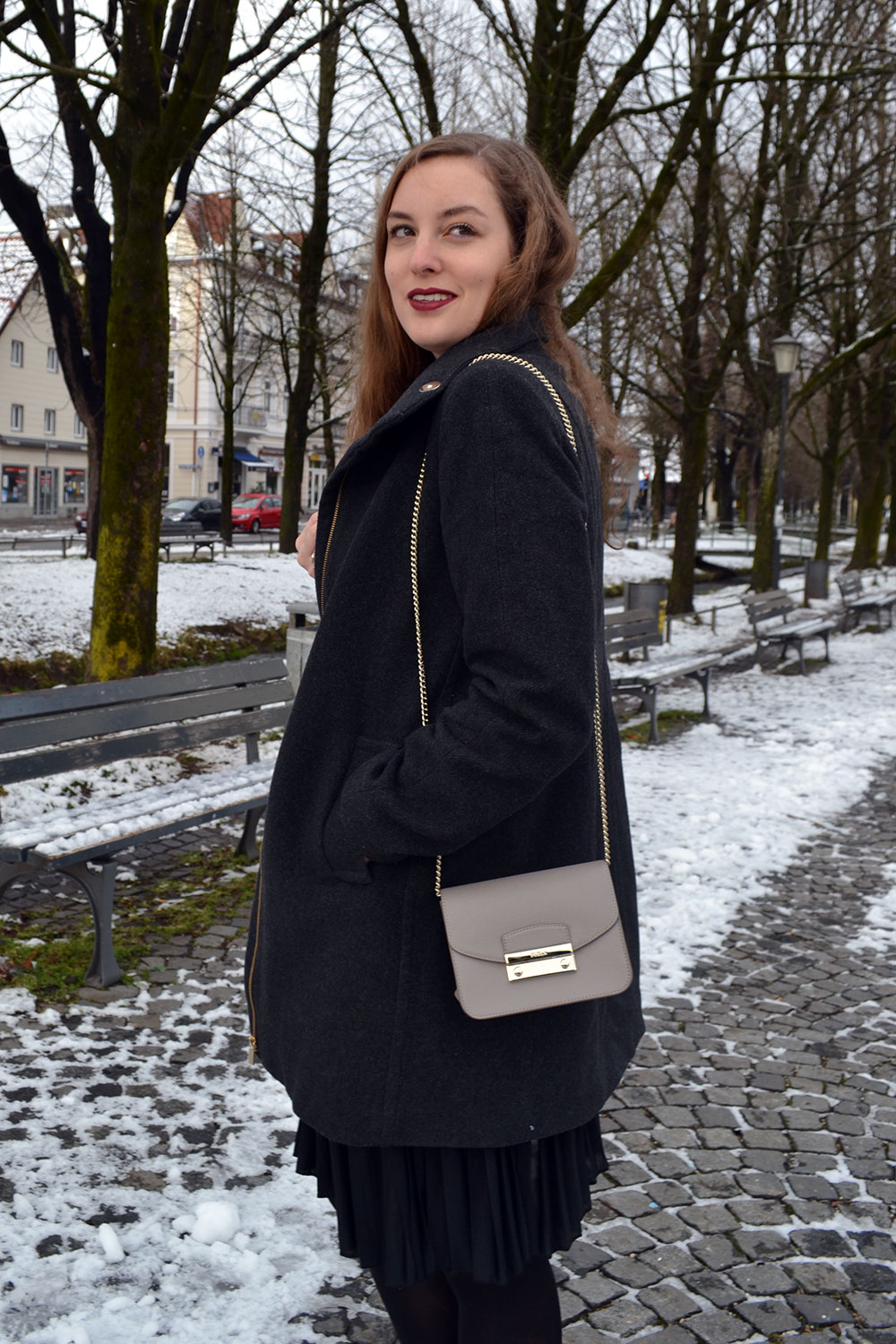 Outfit: Plissé Skirt & Dark Red | Munich - plisseskirt 3