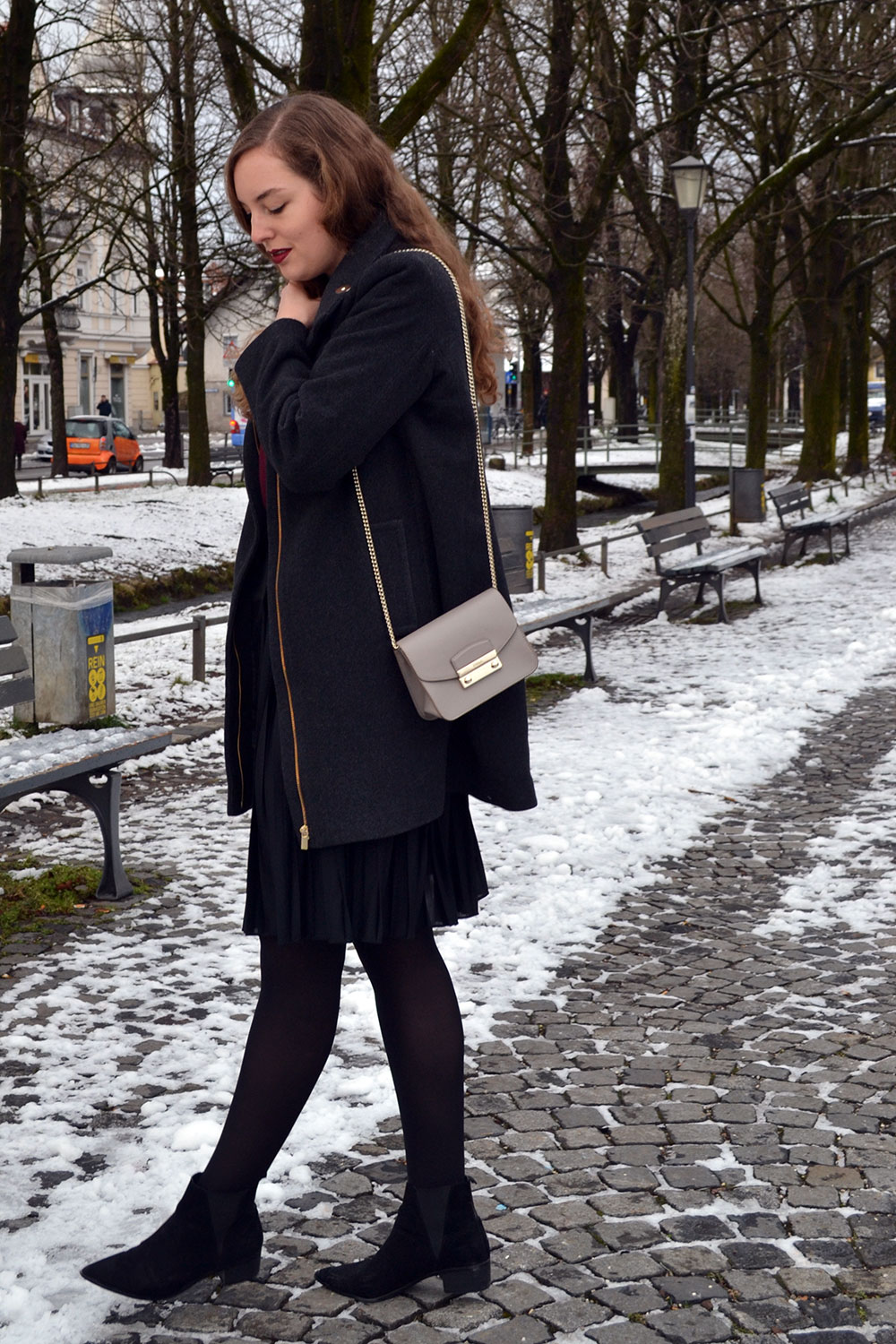 Outfit: Plissé Skirt & Dark Red | Munich - plisseskirt 5