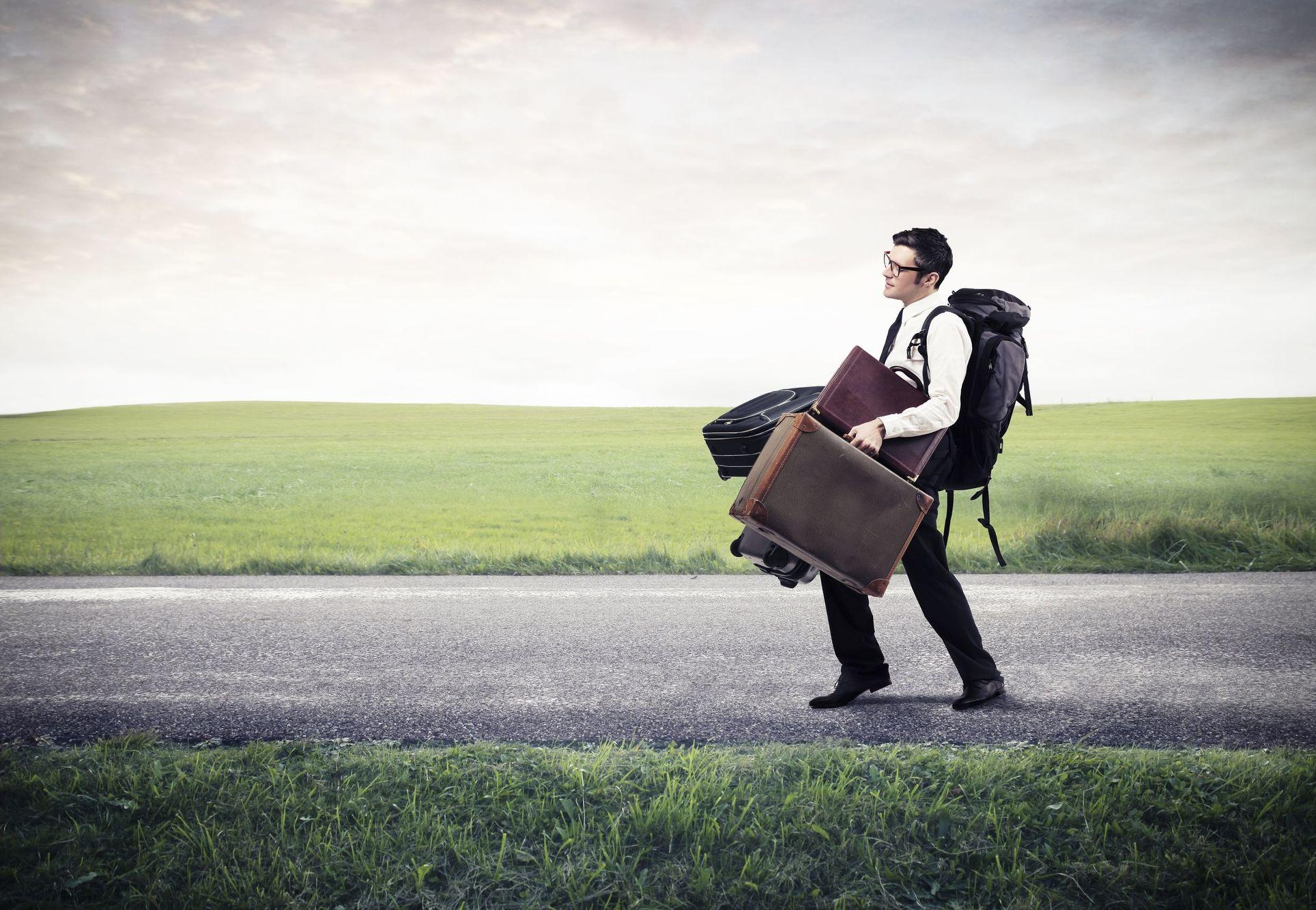 Chico cargado de maletas