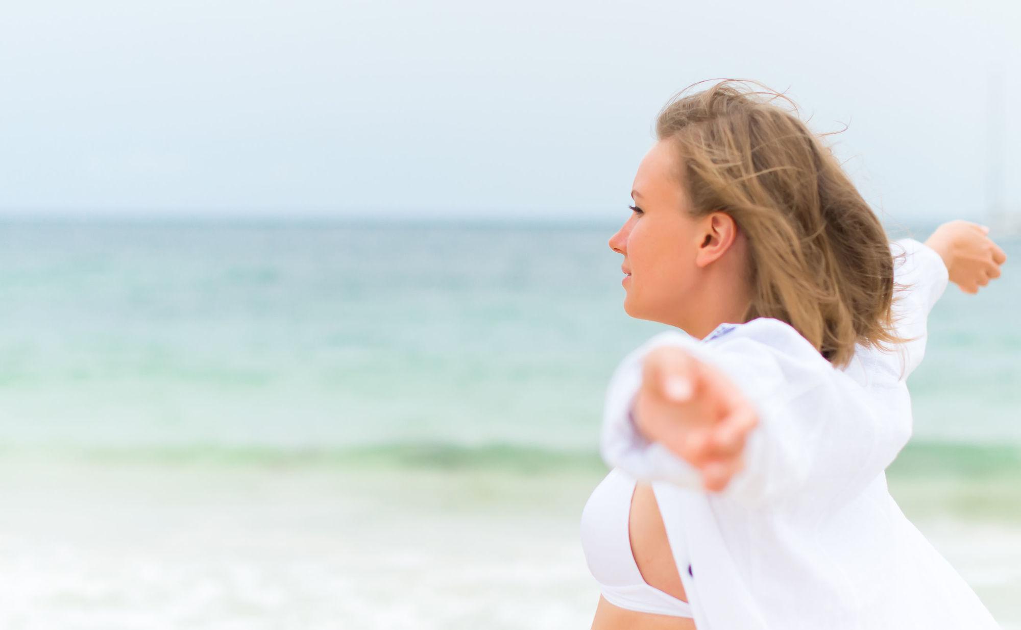 Chica libre en la playa