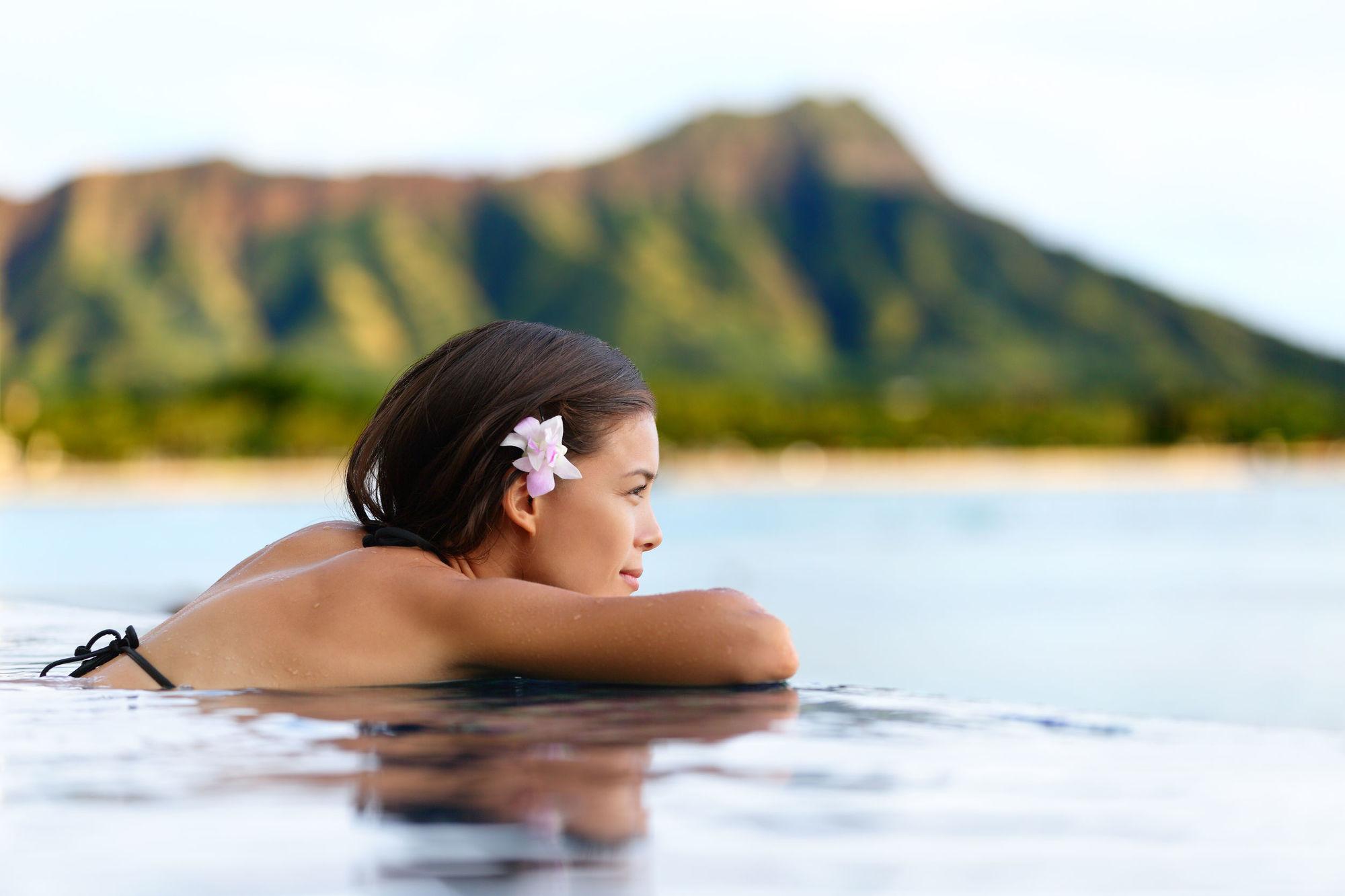 Chica relajada en el agua