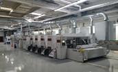 Das Bild zeigt die neue Flexo-Folder-Gluer-Maschine in der Produktionshalle des DS Smith Standorts in Mannheim.