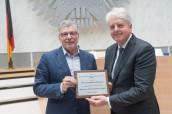Prof. Dr. Matissek (l.) erhält den Fincke-Preis aus den Händen von Stephan Nießner, Ehrenvorsitzender des BDSI.