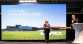 Architect Stefan Redle (r) hands over the symbolic pastry key to Südpack owner Johannes Remmele. (Image: Südpack)