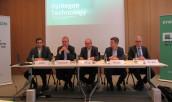 Pressekonferenz bei Syntegon (v. l.): Patrick Löffel (Pressesprecher), Uwe Harbauer (Geschäftsführer Pharma), Dr. Stefan König (Vorsitzender der Geschäftsführung), Clemens Berger (Geschäftsführer Nahrungsmittel) sowie Dr. Dietrich Birk (Geschäftsführer VDMA Baden-Württemberg).