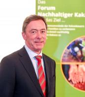 Nach sieben Jahren als Vorstandsvorsitzender des Forum Nachhaltiger Kakao wird Wolf Kropp-Büttner im Juni nicht erneut zur Wahl als Vorsitzender antreten. Vertreterinnen und Vertreter aus Vorstand und Geschäftsführung dankten ihm für die langjährige, vertrauensvolle und konstruktive Zusammenarbeit. (Foto: Forum Nachhaltiger Kakao)