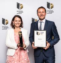Julia Hrabal (Marketing International) und Marketingdirektor Ulf Schöttl freuen sich über die Auszeichnung von Manner mit dem German Brand Award
