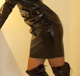 Movie: Dressed up in black vinyl and fishnets (09:52 min)