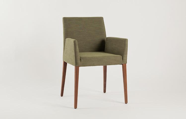 Stühle von Frohraum: Massivholz & Leder