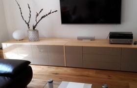 Referenzfoto: Maßgefertigte Sideboards aus Ahorn mit Glasfronten