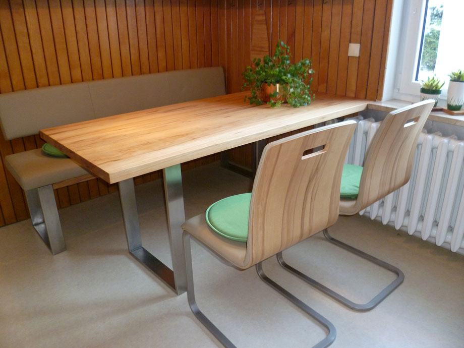 et38 esstisch mit metallkufen aus nussbaum massiv von frohraum. Black Bedroom Furniture Sets. Home Design Ideas