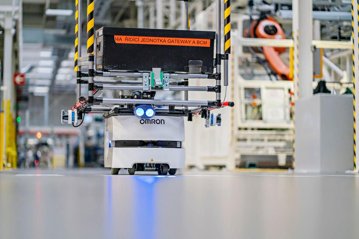 Automatické vozíky usnadňují práci zaměstnancům výrobních linek.
