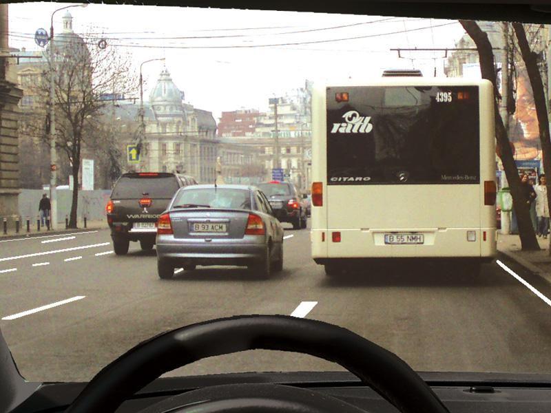 Este regulamentar să depăşiţi autobuzul oprit în staţie?