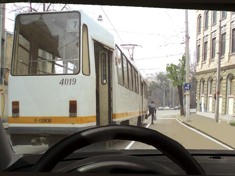 Puteţi depăşi tramvaiul oprit în staţie?