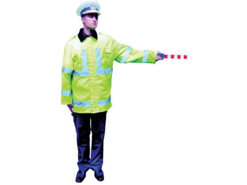 Ce indică această poziţie a poliţistului rutier?