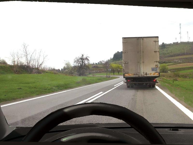 Este corectă depăşirea autocamionului din imagine?