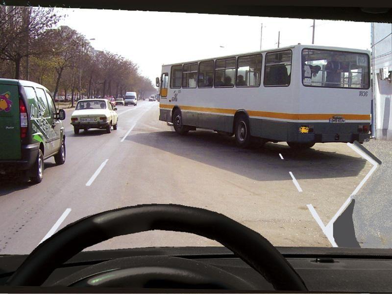 Autobuzul din faţă semnalizează ieşirea din staţia prevăzută cu alveolă. Cum trebuie să procedaţi?