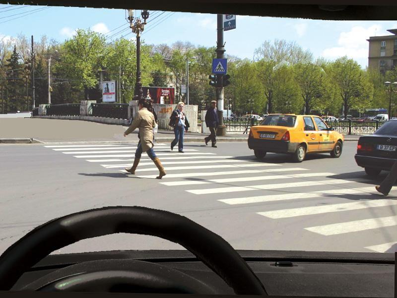 Intenţionaţi să viraţi la dreapta. Cum procedaţi cu pietonii care traversează regulamentar strada?