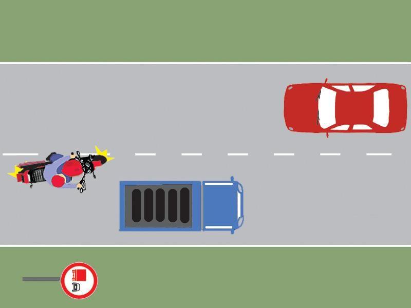 Motociclistul depăşeşte corect autocamionul?