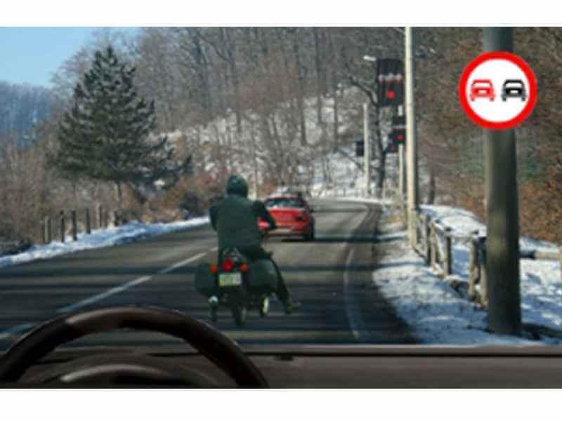 Este corect să depăşeşti motocicleta din faţa ta?