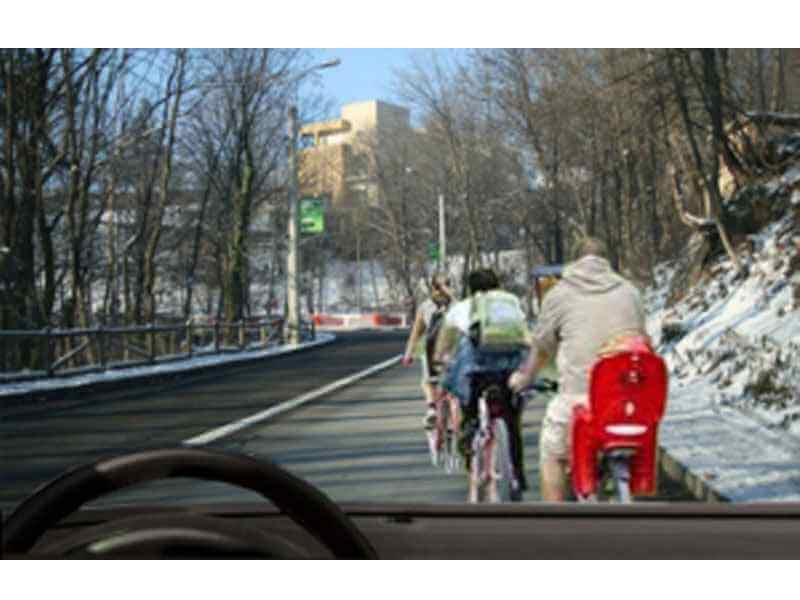 Pentru a depăşi aceşti biciclişti poţi trece peste linia continuă?