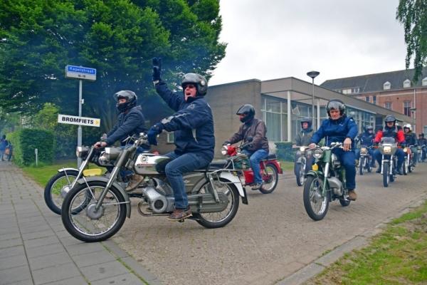 Groep oude brommers rijden 1