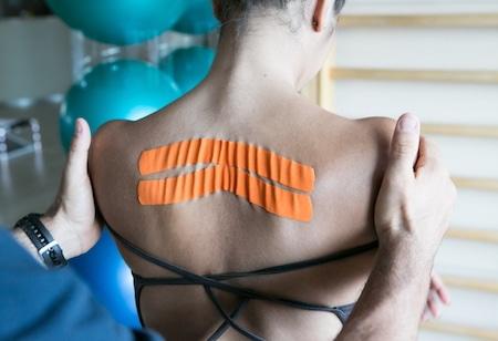 Applicazione taping neuromuscolare sulla schiena