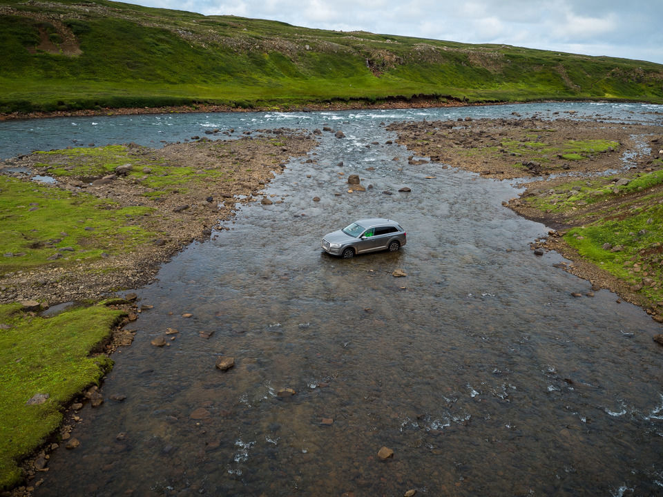 Island: Audi Q7 Offroad im Bach