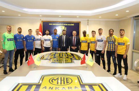 Sabas klub præsenterer 11 nye på sidste dag