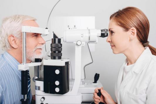 Maintenir la surveillance des glaucomes graves,