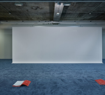 Zaaloverzicht 'Sensory Spaces - Olaf Nicolai'. Foto: Hans Wilschut