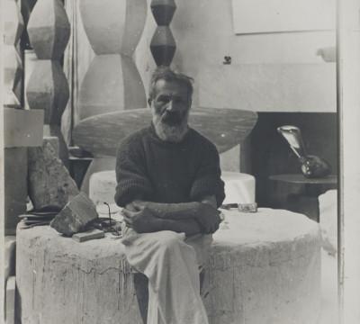 Constantin Brancusi, Zelfportret in het atelier, ca. 1934, gelatinezilverdruk, 39,7 x 29,7 cm. Collectie Centre Pompidou, MNAM-CCI, Parijs. © 2013 c/o Pictoright Amsterdam. Foto Philippe Migeat.