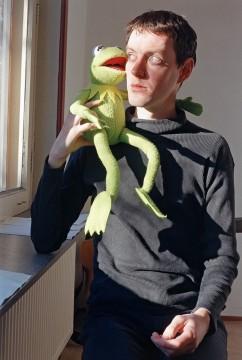 Wouter van Riessen, Zelfportret met Kermit, collectie Museum Boijmans Van Beuningen, fotograaf: Studio Tromp