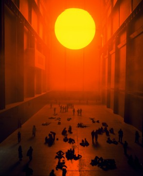 The weather project, 2003. Monofrequency lights, projection foil, haze machines, mirror foil, aluminium, scaffolding 26,7 x 22,3 3 155,44 m. Tate Modern, London, 2003. Photo: Andrew Dunkley & Marcus Leith