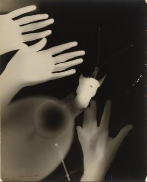 Man Ray, Rayographie,1925, fotogram, 50 x 40,5 cm. Collectie Museum Boijmans Van Beuningen. © Man Ray Trust / ADAGP, c/o Pictoright Amsterdam 2013.