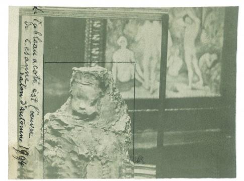 Medardo Rosso, 'Enfant à la Bouchée de pain' in de Cézannezaal van de Salon d'Automne, 1904, gelatinezilverdruk, 12,3 x 15,5 cm. Particuliere collectie.