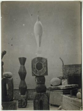 Constantin Brancusi, Ateliergezicht met Maïastra, 1917, gelatinezilverdruk, 23,9 x 17,8 cm. Collectie Centre Pompidou, MNAM-CCI, Parijs. © 2013 c/o Pictoright Amsterdam.
