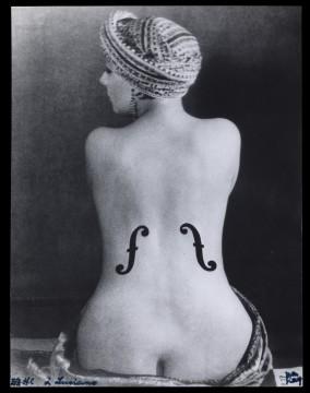 Man Ray, Le Violon d'Ingres (De viool van Ingres of De liefhebberij), 1924 , gelatinezilverdruk, 17,2 x 22,4 cm. Particuliere collectie Turijn. © Man Ray Trust / ADAGP, c/o Pictoright Amsterdam 2013