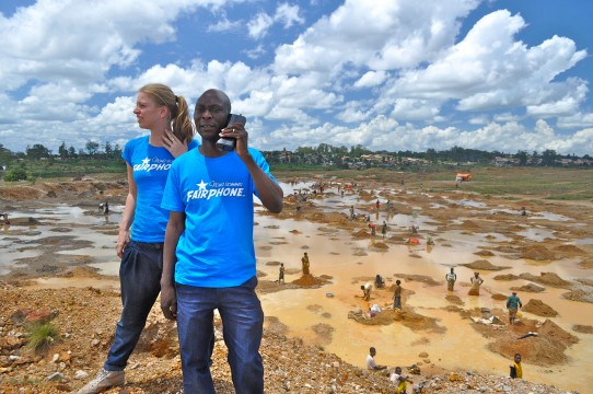 Bas van Abel, titel: Fairphone. Bibi en Gaston net buiten Kolwezi, een stad in de provincie Katanga van de Democratische Republiek Congo, waar talloze mensen bezig zijn met graven, zitten en het wassen van koper en kobalt. Februari 2011. Fairphone.