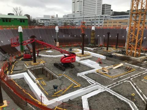 Gezien vanaf de steiger op een hoogte van ongeveer de verdiepingsvloer. Richting Erasmus. Op deze positie is ongeveer de entree gepland op de begane grond, hier bij te zien tot aan de rode hoogwerker waar de toegang komt naar de trap naar het Atrium.